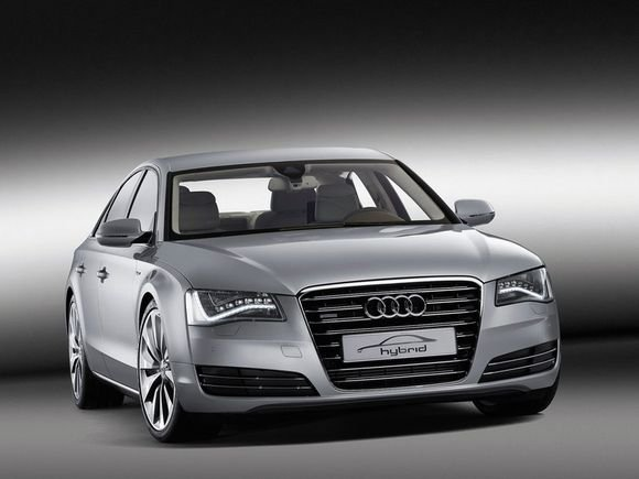 "Naujoji hibridinę ""Audi A8"" versija"