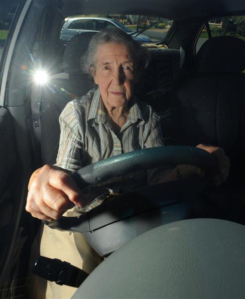 Kodėl vyresni vairuotojai dažniau važiuoja kelio viduriu?