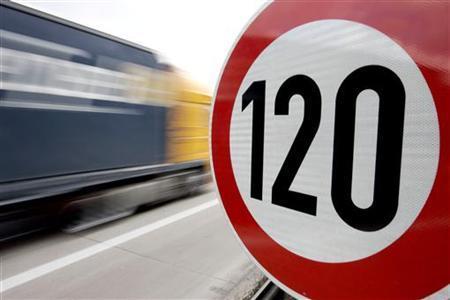 Svarstys pasiūlymą riboti automobilių greitį iki 120 km/val