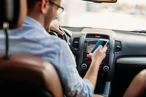 Mobilaus telefono naudojimas vairuojant